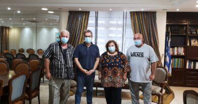 Ο αντιπεριφερειαρχης Καβάλας Κώστας Αντωνιάδης στέκεται δίπλα στους παλιννοστούντες ομογενείς